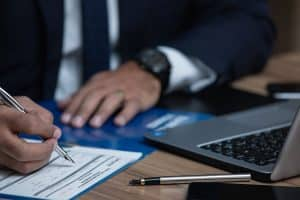 الفرق بين الوسيط و مستشار الاستثمار